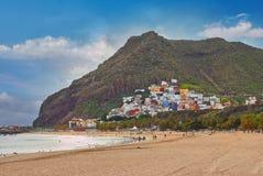 Vista stupefacente dei las Teresitas della spiaggia con giallo sabbia, ombrelli, Immagini Stock