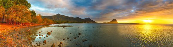 Vista stupefacente del Le Morne Brabant al tramonto mauritius Panorama Fotografie Stock Libere da Diritti