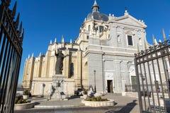 Vista stupefacente del monumento di Papa Giovanni Paolo II e di Almudena Cathedral in città di Madrid, Spagna Immagini Stock Libere da Diritti