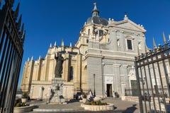 Vista stupefacente del monumento di Papa Giovanni Paolo II e di Almudena Cathedral in città di Madrid, Spagna Fotografia Stock