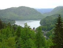 Vista stupefacente del villaggio in montagne delle alpi vicino ad un lago bavaria germany europa Bei alberi verdi Fondo stupeface fotografie stock libere da diritti