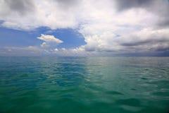 Vista stupefacente dell'acqua del turchese di Oceano Indiano e del cielo blu con le nuvole bianche maldives immagine stock libera da diritti