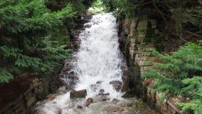 Vista stupefacente della cascata nelle grande all'aperto stock footage
