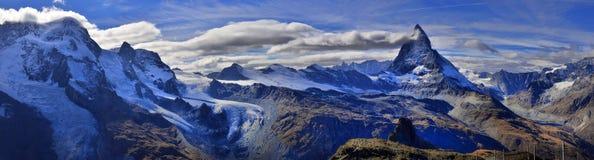 Vista stupefacente della catena montuosa di panorama vicino al Cervino Immagine Stock