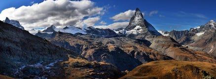 Vista stupefacente della catena montuosa di panorama vicino al Cervino Fotografia Stock
