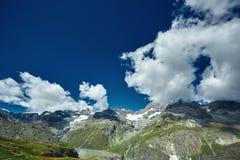 Vista stupefacente della catena montuosa vicino al Cervino nelle alpi svizzere Fotografia Stock Libera da Diritti