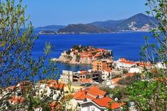 Vista stupefacente della località di soggiorno di Sveti Stefan fotografia stock libera da diritti