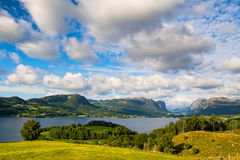 Vista stupefacente della natura con il fiordo, le montagne ed i campi Bello Fotografia Stock