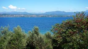 Vista stupefacente della polizia del lago dalle colline nella città di Sirmione, Italia Immagine Stock Libera da Diritti