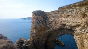 Vista stupefacente della scogliera antica nel Mar Nero, capo Tarkhankut della roccia in Crimea video d archivio