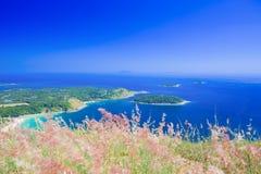 Vista stupefacente della scogliera ripida e dell'oceano a Phuket Fotografia Stock