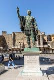 Vista stupefacente della statua di Nerva in città di Roma, Italia Immagine Stock