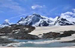 Vista stupefacente della traccia turistica vicino al Cervino nelle alpi svizzere Fotografia Stock