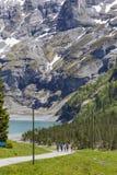 Vista stupefacente delle alpi e dei prati svizzeri vicino a Oeschinensee (lago Oeschinen), su Bernese Oberland, la Svizzera Immagini Stock
