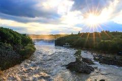 Vista stupefacente delle cascate di urlo al tramonto Immagini Stock Libere da Diritti