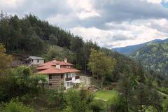 Vista stupefacente delle case in montagne di Rhodope in Bulgaria Immagini Stock Libere da Diritti