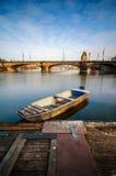 Vista stupefacente di alba al ponte ed alla barca del fiume della Moldava con la chiara riflessione dell'acqua Repubblica ceca di Fotografie Stock Libere da Diritti