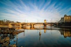 Vista stupefacente di alba al ponte ed alla barca del fiume della Moldava con la radura Fotografia Stock Libera da Diritti