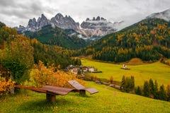 Vista stupefacente di autunno del villaggio di Santa Maddalena, Tirolo del sud, alpi della dolomia, Italia Immagine Stock