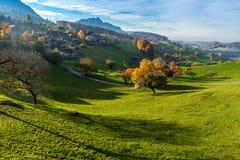 Vista stupefacente di autunno del villaggio tipico della Svizzera vicino alla città di Interlaken Fotografia Stock