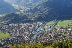 Vista stupefacente di bella città Interlaken in Svizzera, veduta da punto caldo turistico Kulm più duro immagine stock libera da diritti