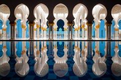 Vista stupefacente di notte alla moschea, Abu Dhabi, Emirati Arabi Uniti Fotografia Stock