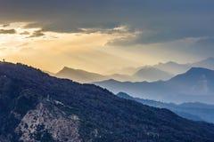 Vista stupefacente di tramonto nelle montagne Immagine Stock