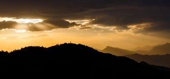 Vista stupefacente di tramonto sopra le montagne Fotografie Stock