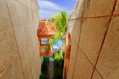 Vista stupefacente splendida della vista astratta all'aperto fra le pareti della costruzione verso la piscina Fotografie Stock