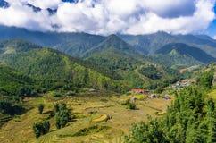Vista stupefacente sulla montagna e sul villaggio nel Vietnam immagini stock