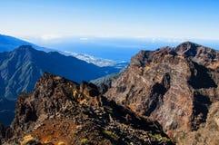 Vista stupefacente sulle montagne rocciose e sul mare Immagini Stock Libere da Diritti