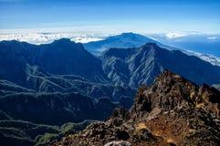 Vista stupefacente sulle montagne rocciose e sul mare Immagine Stock