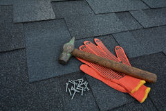 Vista su Asphalt Roofing Shingles Background Assicelle del tetto - tetto Asphalt Roofing Shingles Hammer, guanti e chiodi Immagine Stock Libera da Diritti