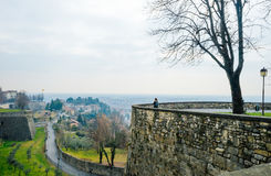 Vista su Bergamo moderna dal vecchio bastione del ` s Cita Alta della città Fotografia Stock Libera da Diritti