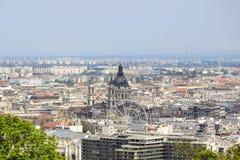 Vista su Budapest dalla collina di Gellert, Ungheria Camere, la basilica di St Stephen nei precedenti del cielo nebbioso di matti fotografia stock libera da diritti