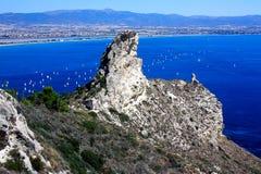 Vista su Cagliari e sull'acqua di mare blu in Sardegna, Italia Fotografia Stock
