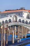 Vista su Grand Canal con Rialto Bridge Ponte de Rialto e gondole, Venezia, Italia Fotografia Stock Libera da Diritti