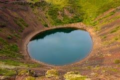 Vista su Kerið, un lago vulcanico del cratere in Islanda immagine stock