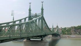 Vista su Liberty Bridge a Budapest nel giorno di estate stock footage