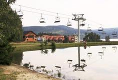 Vista su Lipno con lo ski-lift ed i laghi Immagine Stock