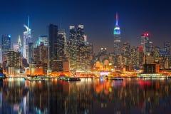 Vista su Manhattan alla notte immagini stock libere da diritti