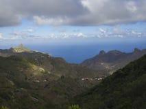 Vista su Monte Taborno con le colline verdi e il whi drammatico del cielo blu Fotografia Stock Libera da Diritti