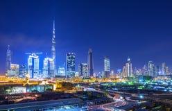 Vista su orizzonte del centro finanziario del Dubai con i grattacieli moderni nella città del Dubai e nel cantiere, Emirati Arabi Fotografie Stock Libere da Diritti