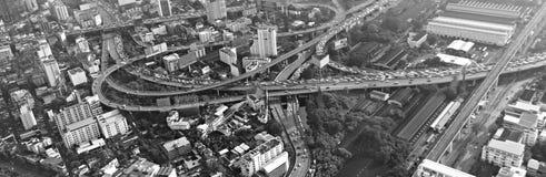 Vista su paesaggio urbano, autostrada senza pedaggio con alta costruzione nel centro Fotografia Stock