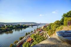 Vista su paesaggio urbano di Praga e fiume della Moldava in sole di sera con una vecchia mappa metallica della scultura dei punti Fotografia Stock Libera da Diritti