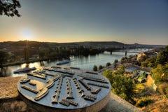 Vista su paesaggio urbano di Praga e fiume della Moldava in sole di sera con una vecchia mappa metallica della scultura dei punti immagini stock