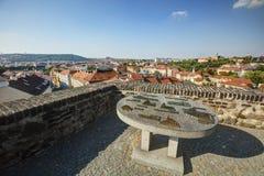 Vista su paesaggio urbano di Praga in sole di pomeriggio con una vecchia mappa metallica della scultura dei punti di riferimento  Fotografia Stock Libera da Diritti