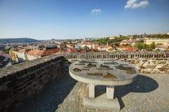 Vista su paesaggio urbano di Praga in sole di pomeriggio con una vecchia mappa metallica della scultura dei punti di riferimento  Immagine Stock Libera da Diritti