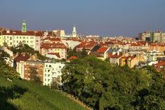 Vista su paesaggio urbano di Praga, su area di Nusle e di Vinohrady, dal parco popolare di Havlicek immagine stock