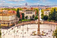 Vista su Piazza del Popolo con l'obelisco egiziano e le fontane, foto dalla villa Borghese fotografia stock libera da diritti